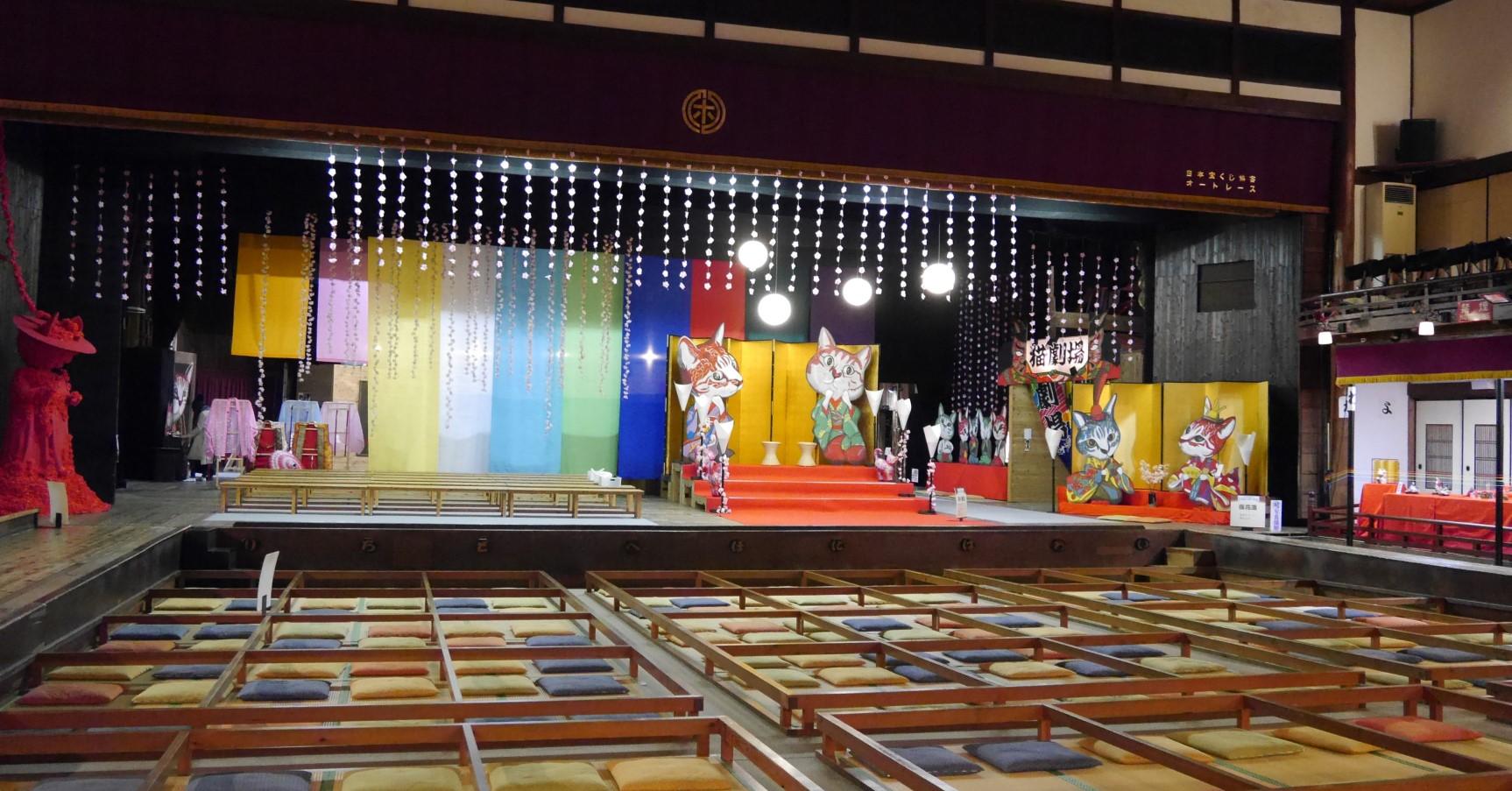 嘉穂劇場は、国の登録有形文化財に指定されている歌舞伎劇場。