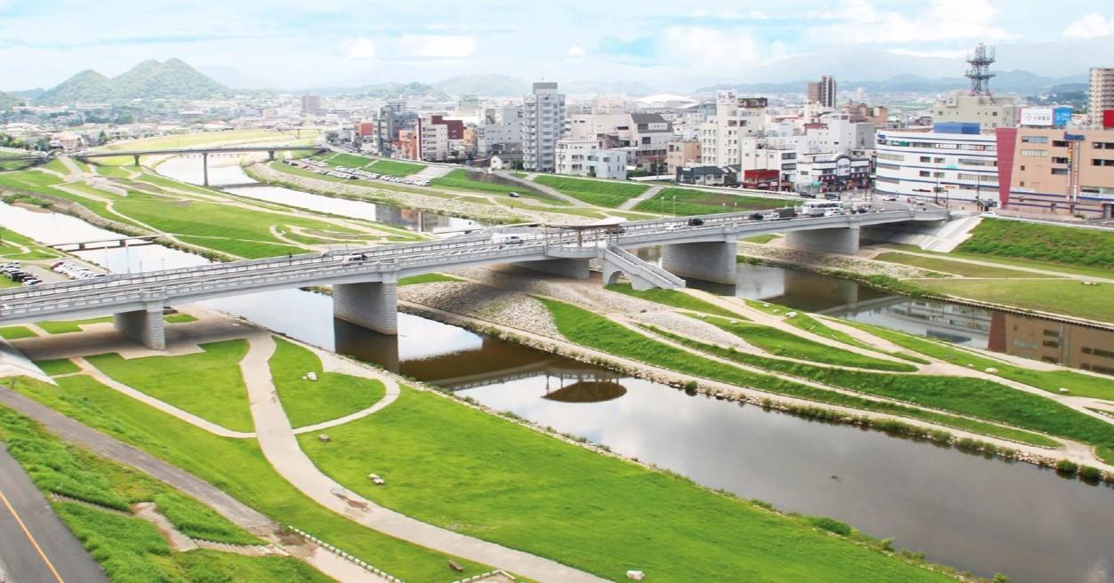 遠賀川は、飯塚市の中央を流れる一級河川で、九州で唯一鮭が遡上する川といわれています。