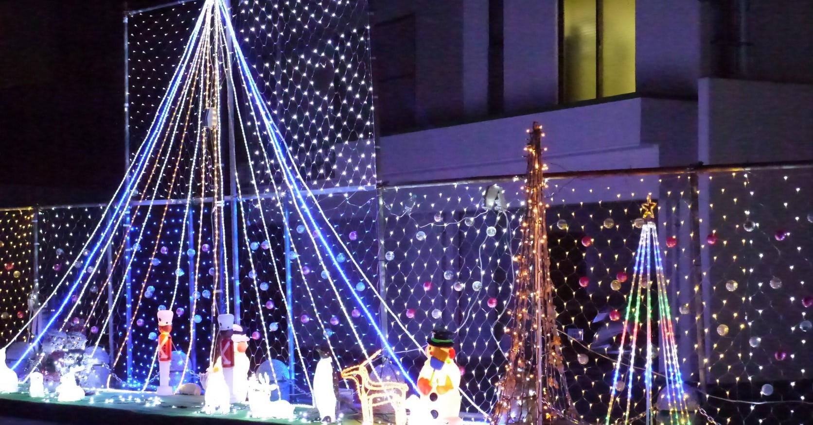 まちかどイルミネーションは、12月下旬から1月中旬まで、飯塚中心部の緑道公園で実施されています。