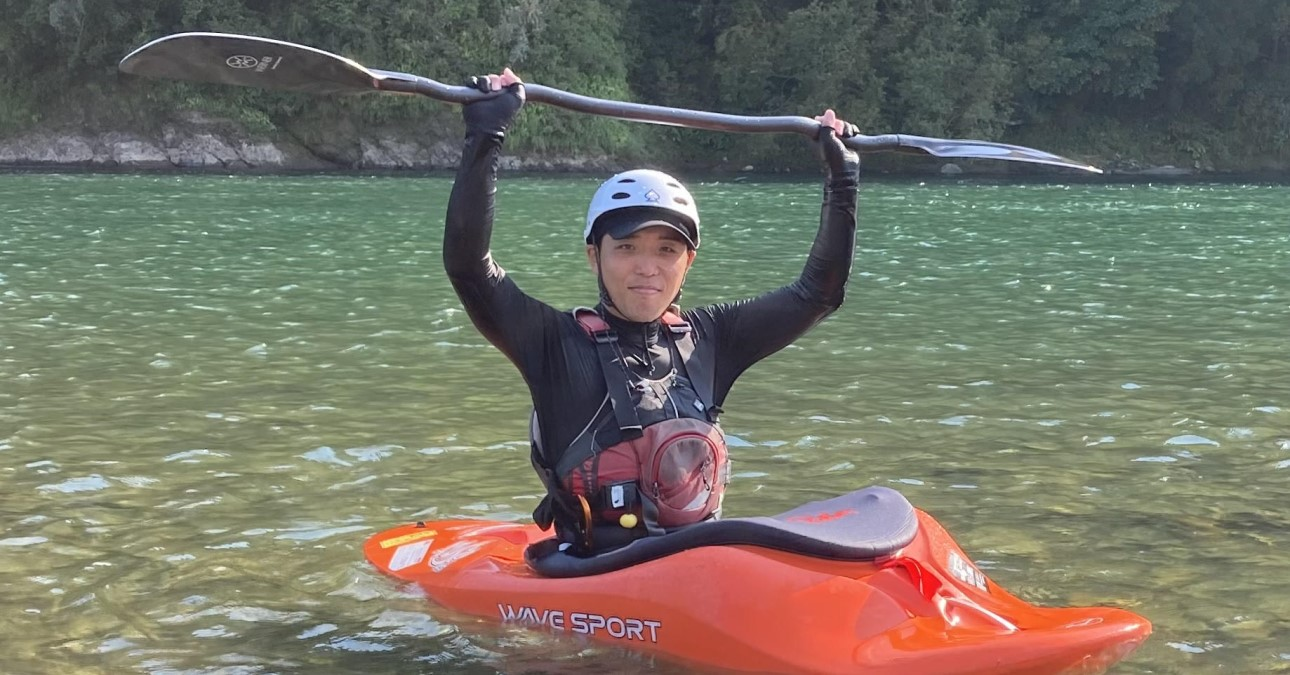 週末には、趣味のカヌーを練習中です。