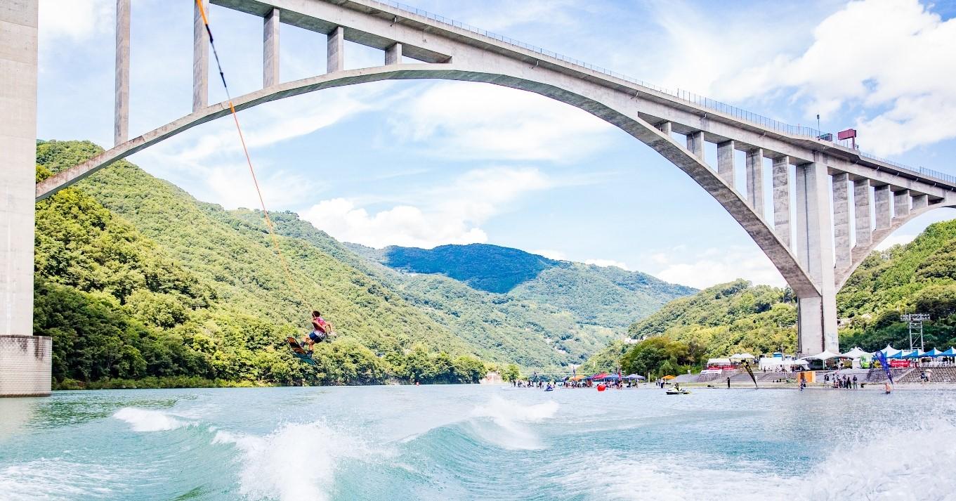 池田湖水際公園ではウェイクボードやサップが楽しめます。