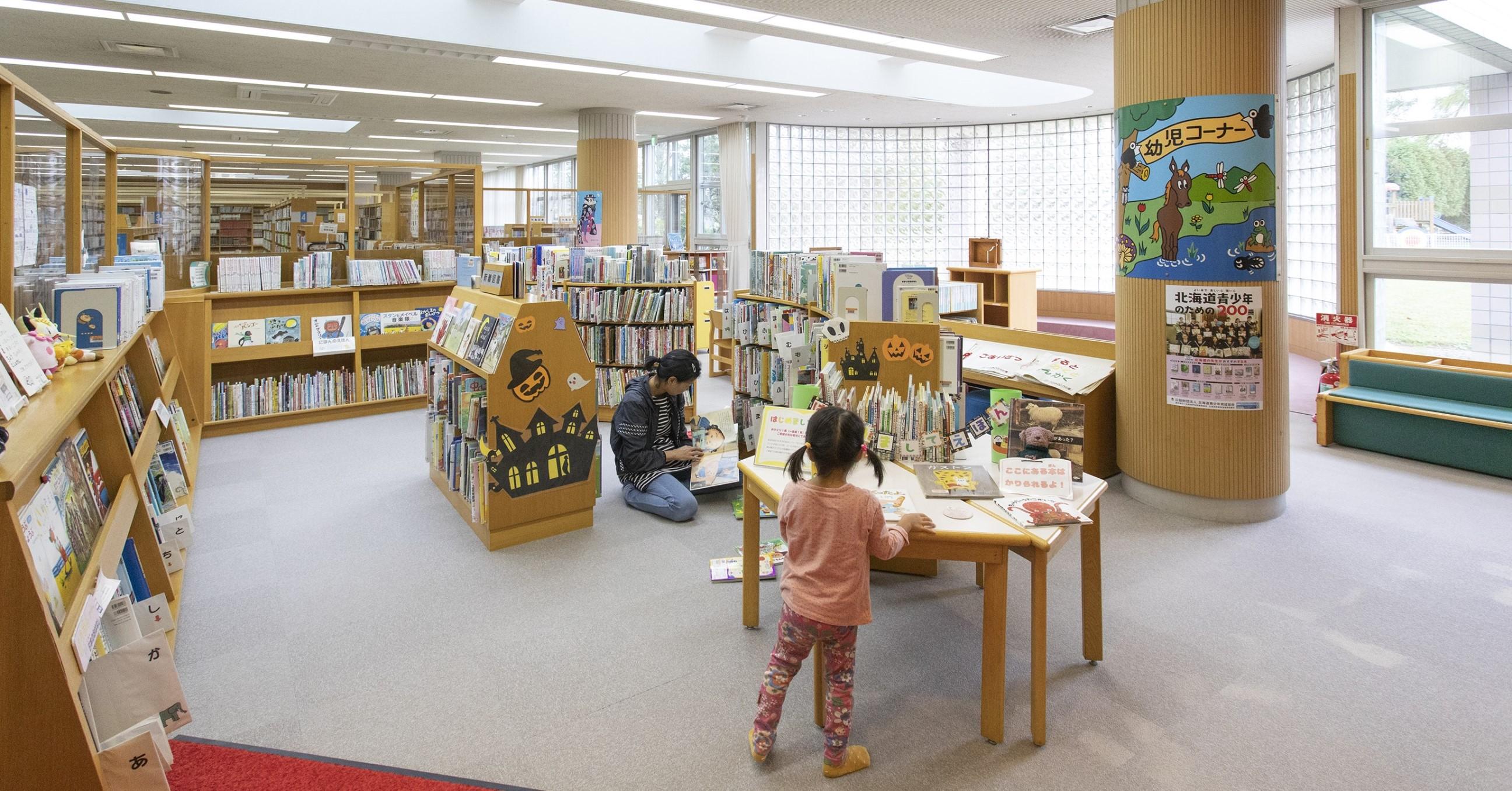約16万冊の蔵書がある栗山町図書館。キッズスペースも充実。