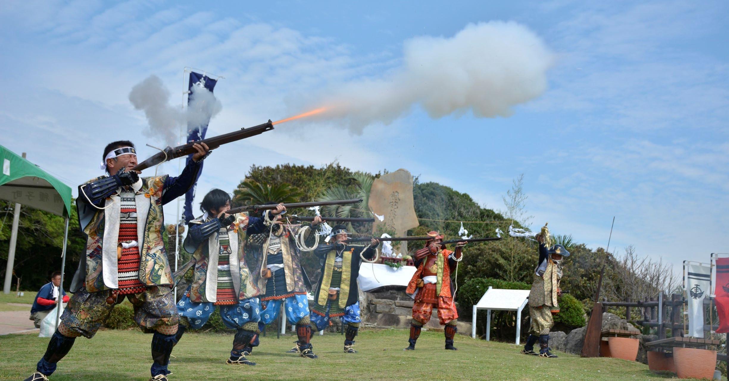 町内のイベントでは火縄銃保存会の方々が古式に則り試射を行っています。