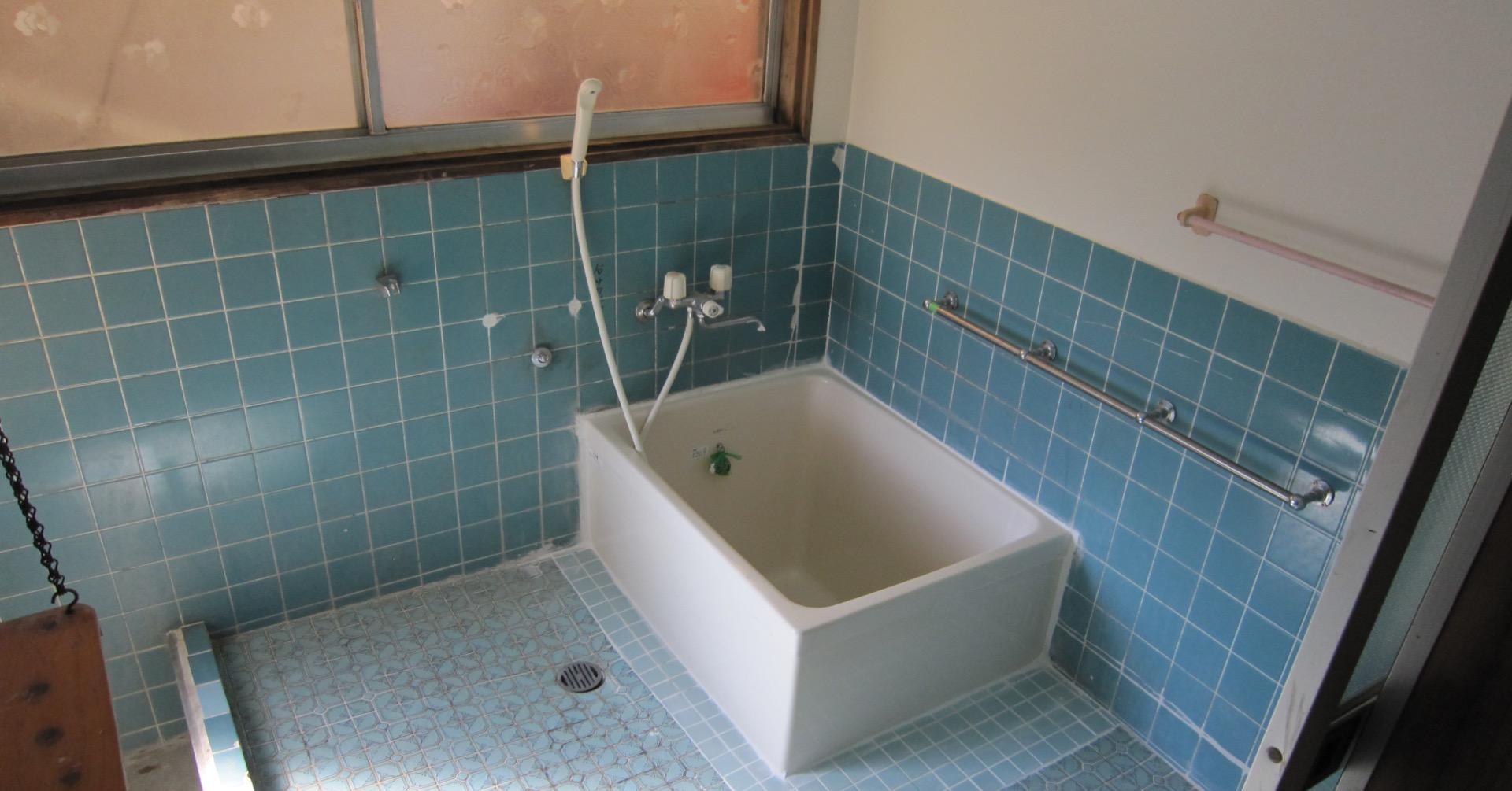 青いタイルが特徴なお風呂