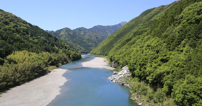 山あいを流れる仁淀川