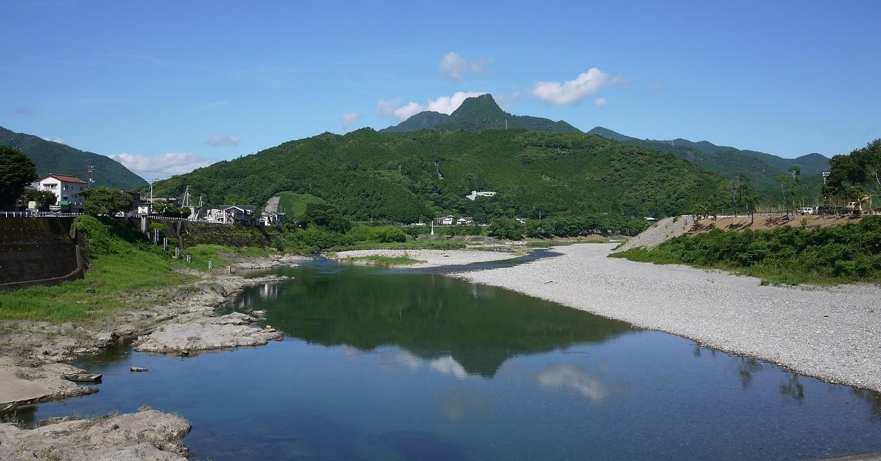 中心市街地から見える越知町のシンボル「横倉山」と「仁淀川」