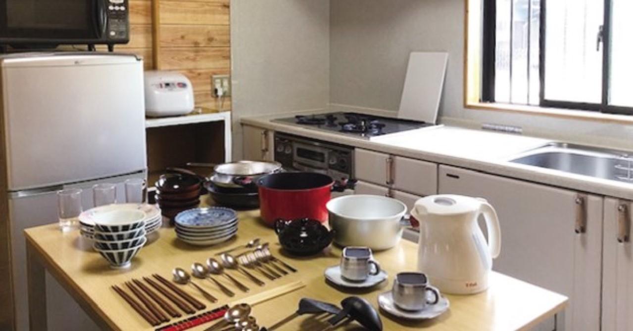 キッチン廻りの家電や調理器具、食器類は充実しています