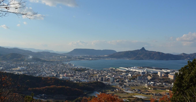 五瀬山山頂からのぞむ瀬戸内海に面するさぬき市中心部