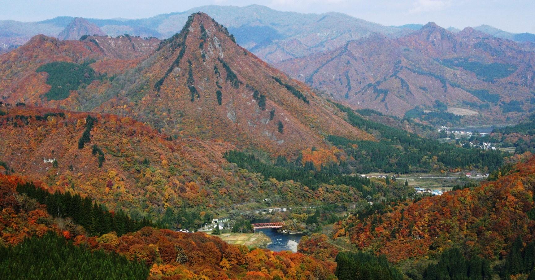 蒲生岳は、会津のマッターホルンとも呼ばれる人気の山です。
