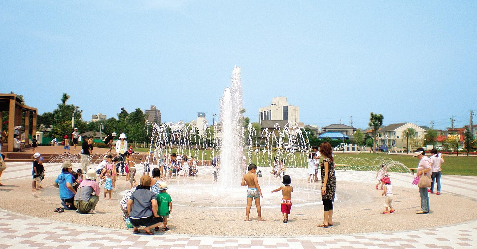 遊具やバスケットコートがある君津中央公園