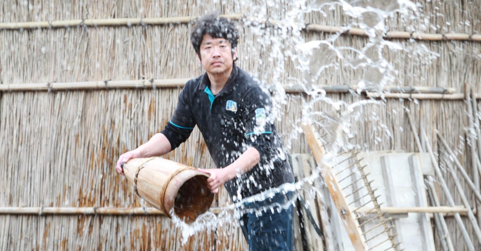 伝統的な方法でつくられる揚げ浜塩。