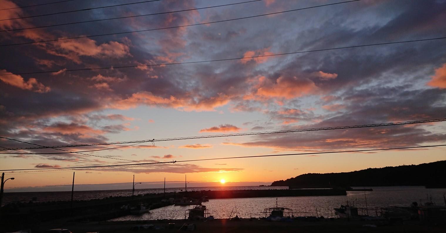 自宅からの朝日。目の前の漁港でお裾分けを頂くこともしばしば。