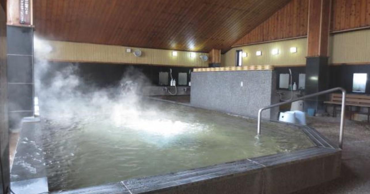鏡山の麓に佇む白壁造りの温泉館。地下1,600mから汲み上げる温泉は、鉄分やラドンを含む良泉。