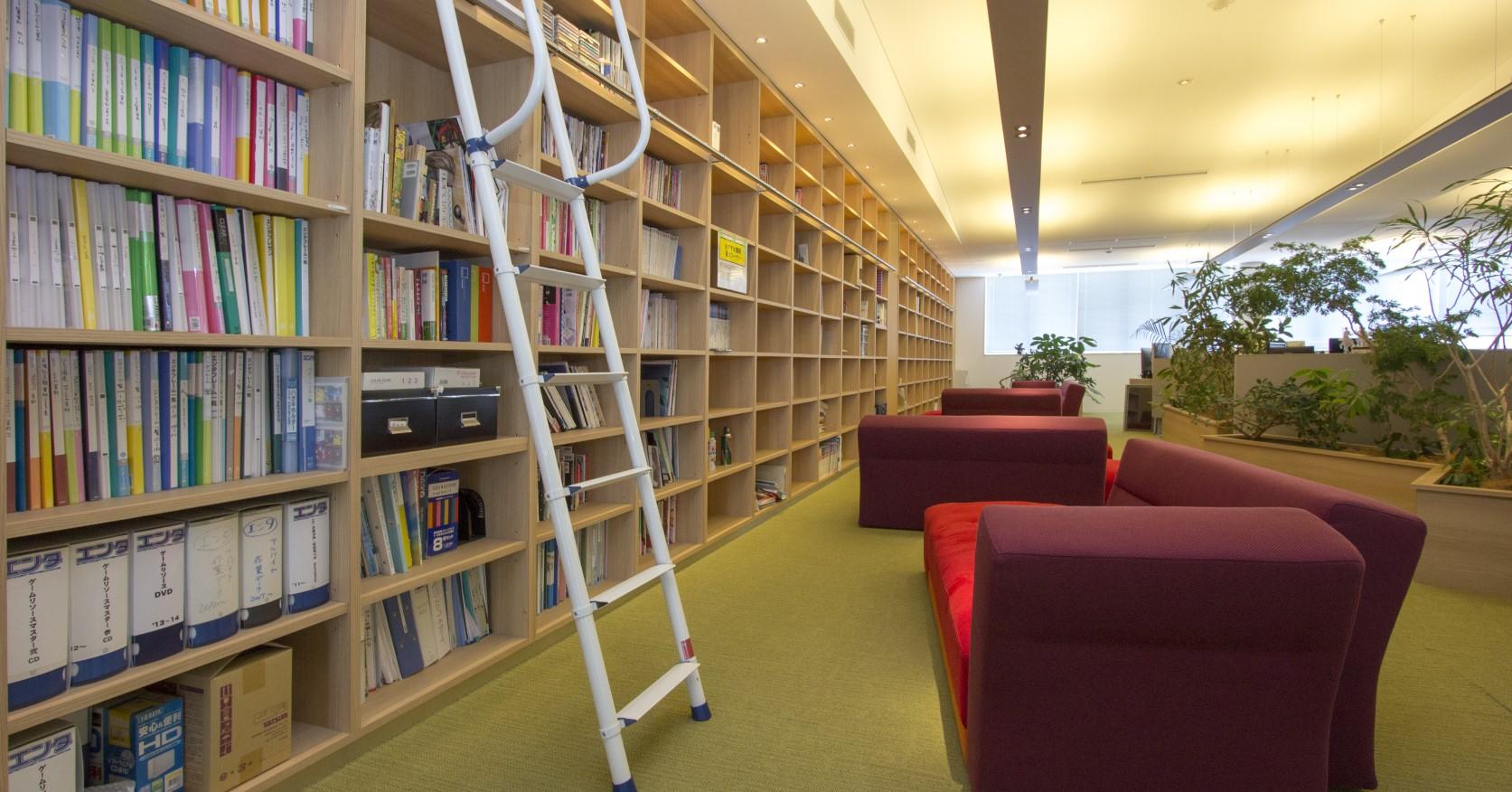 本棚には、参考資料や本を貸し出しています。勉強しやすい環境を整えています。