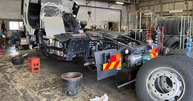 大型自動車シャーシ部の点検・整備、運ぶことが仕事の車輛です。点検は隅々まで。