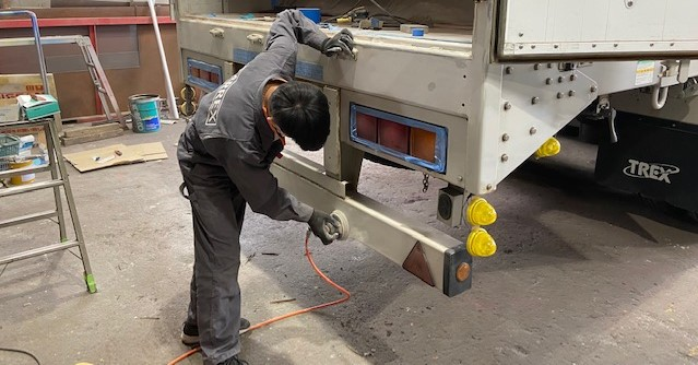 トラックの架装やペイントも我々の業務領域です