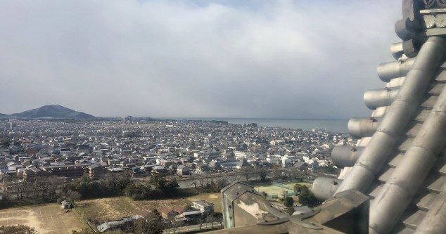 国宝彦根城の天守から眼下に広がる市街と琵琶湖