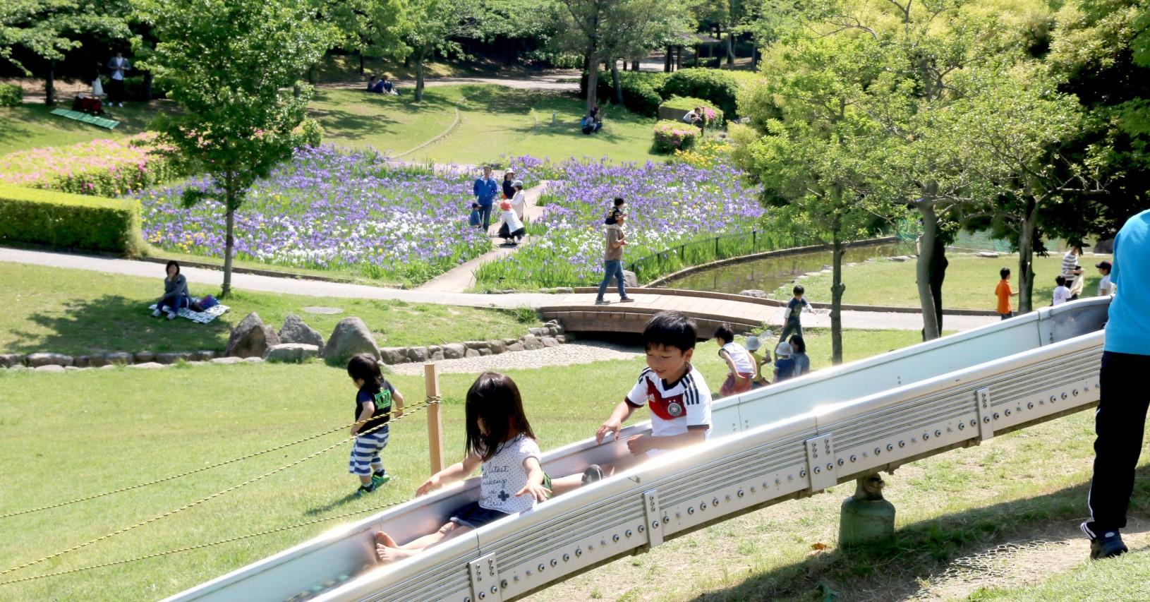 大型ショッピングモール近くの諏訪公園は、市民の憩いの場所です