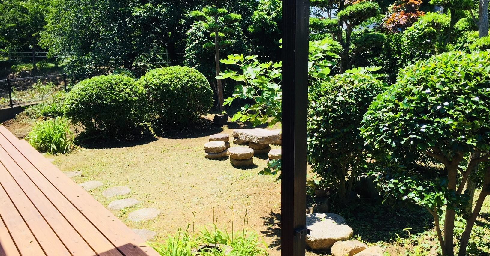 居間(和室)からはウッドデッキ、お庭に出ることができます。